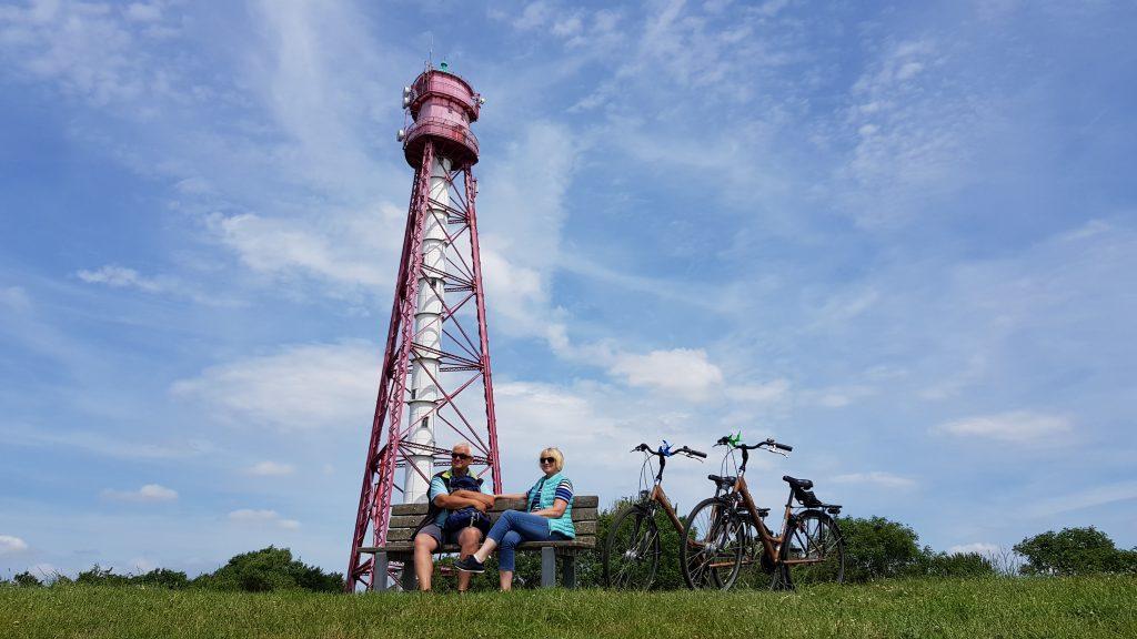 Radfahrer am Leutturm in Ostfriesland