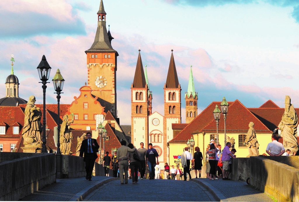 Spaziergang auf der Mainbrücke in Würzburg