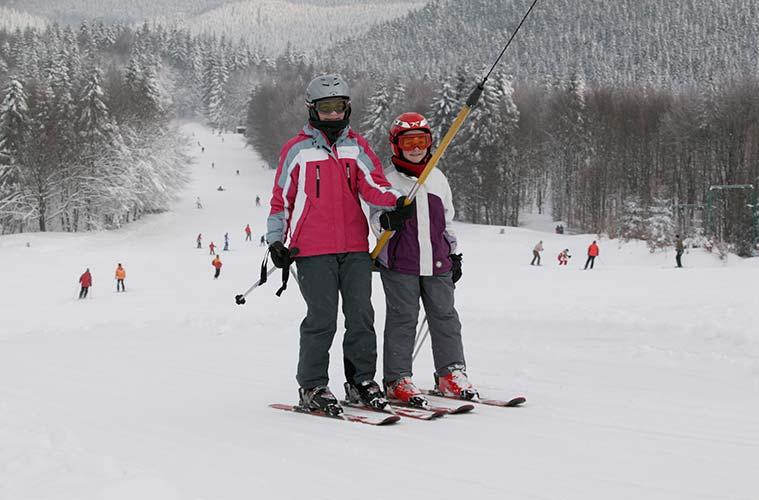 83 beschneite Pisten und viele kleine romantische Skiorte, wie Schmallenberg, Bestwig und Meschede sind ideal für einen gemütlichen Winterurlaub mit der Familie.