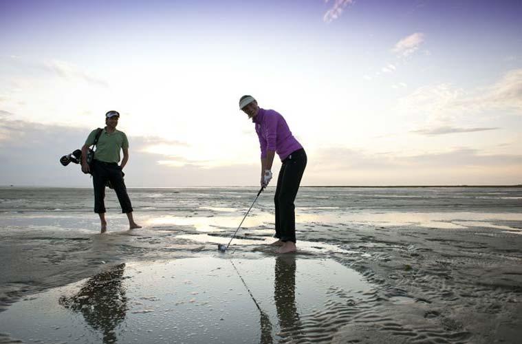Für Sportbegeisterte bietet das Weltnaturerbe Wattenmeer im Nordseeheilbad Büsum viele Möglichkeiten, wie Golfen, Reiten oder Walking.