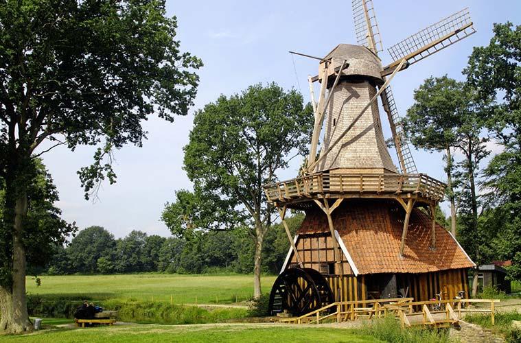 Einen der Höhepunkte emsländischer Mühlenbautechnik bildet die Hüvener Mühle in der Samtgemeinde Sögel. Mit ihrer Kombination aus Wind- und Wassermühle ist sie eine der seltenen erhaltenen Mühlen dieses Typs in Europa.