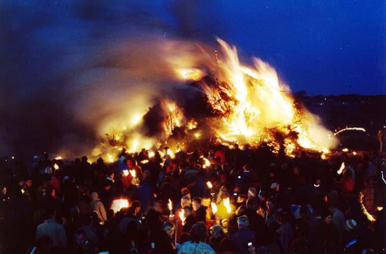 Ein ganz besonderer Brauch in Nordfriesland ist das Biikebrennen. Am 21. Februar jeden Jahres werden riesige Feuer entlang der Nordseeküste Schleswig-Holsteins entfacht, um den Winter zu verabschieden.