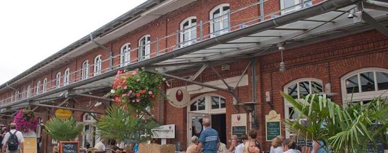 Krabbenbrötchen, Räucherfisch oder die Bremerhavener Fischspezialität Limandes genießt man im Schaufenster Fischereihafen