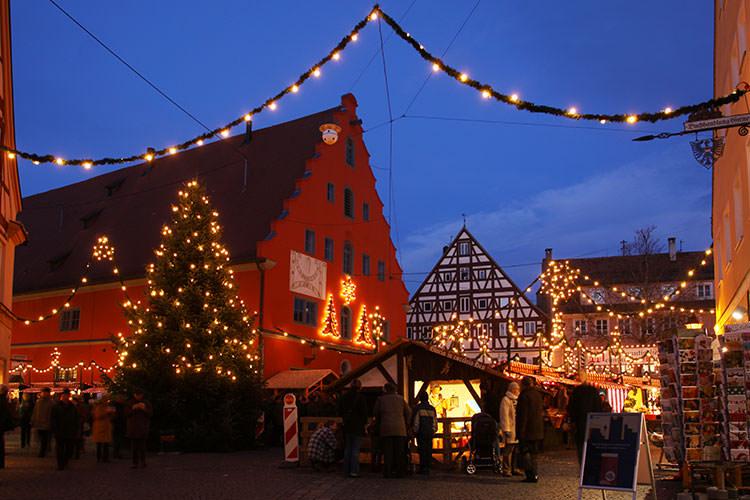 romantischer Weihnachtsmarkt mit Buden
