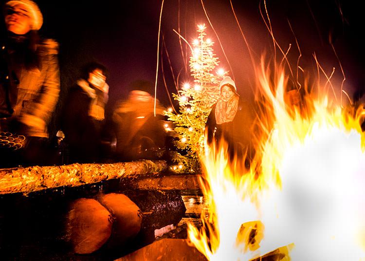 romantisch: Lagerfeuer im Winter zur Adventszeit